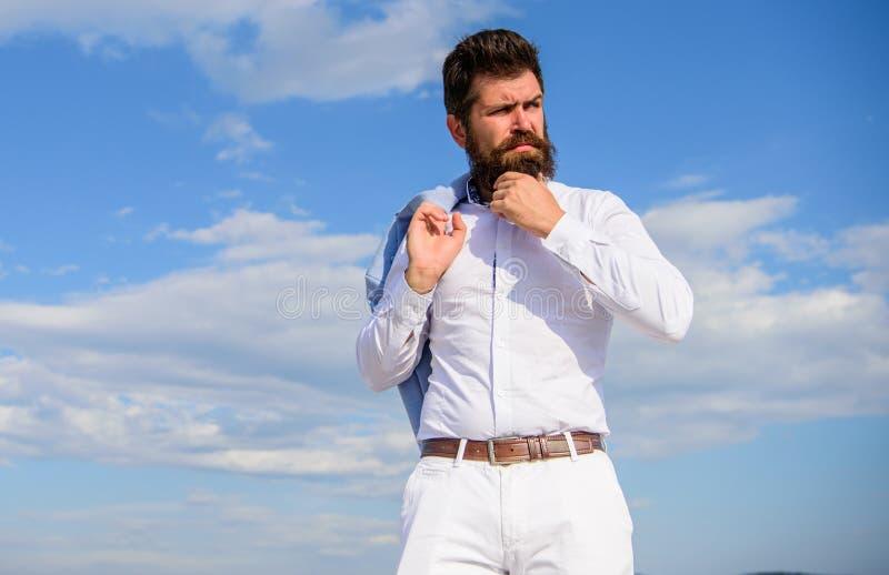 Hipster met baard en snor kijkt aantrekkelijk modieus wit overhemd Formele kleding van mensen kijkt de gebaarde hipster scherp royalty-vrije stock afbeelding