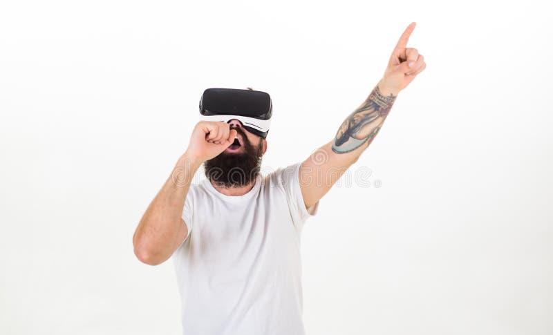 Hipster på moderna teknologier för upptaget framsidabruk för underhållning eller utbildning Man med skägget i VR-exponeringsglas, arkivbilder