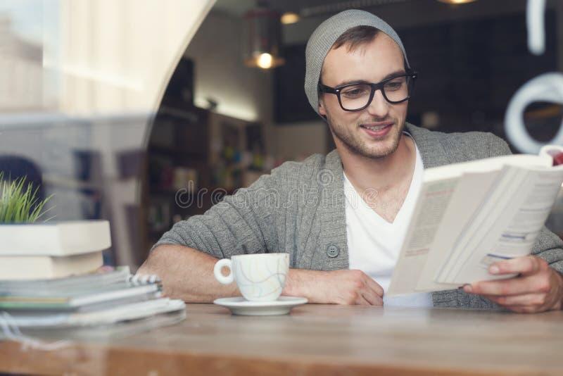 Hipster som läser en bok royaltyfri foto