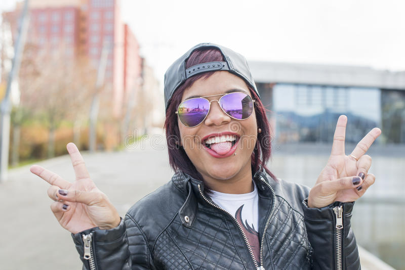 Hipster wekte mooie jonge vrouw op die haar tong tonen royalty-vrije stock foto