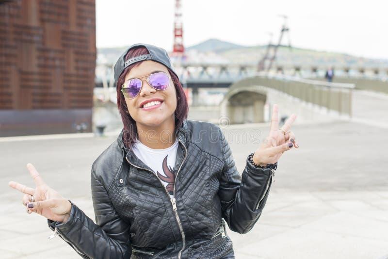 Hipster wekte mooie vrouw in de straat op stock foto's