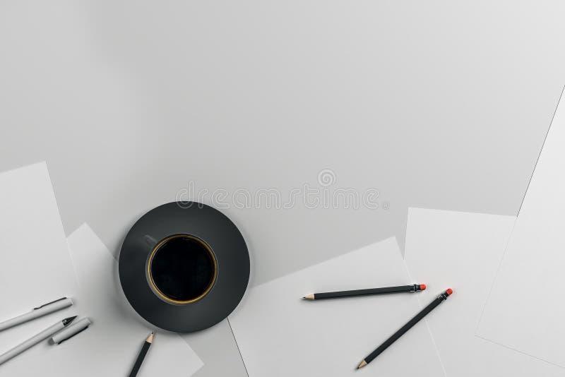 Hipster workdesk με το φλυτζάνι καφέ ελεύθερη απεικόνιση δικαιώματος