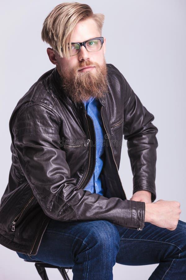 Hipster youn mens die bij de camera glimlachen royalty-vrije stock afbeelding