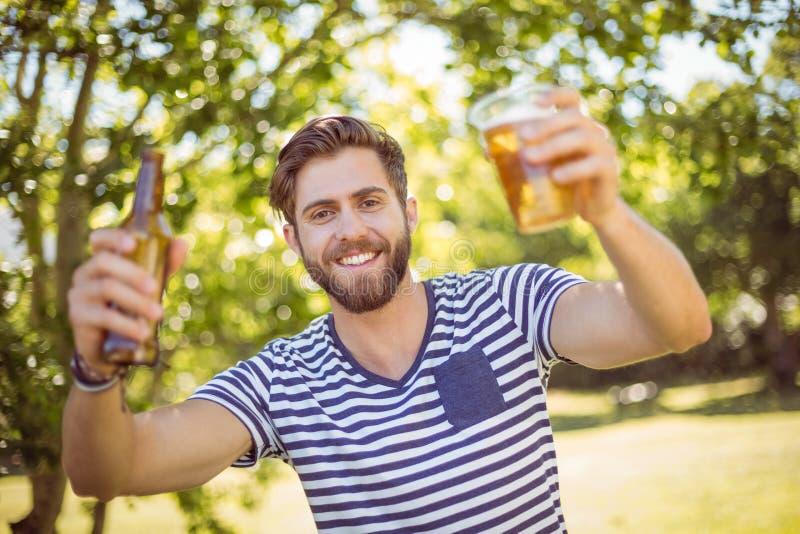 Hipster zelf die een bier hebben royalty-vrije stock fotografie