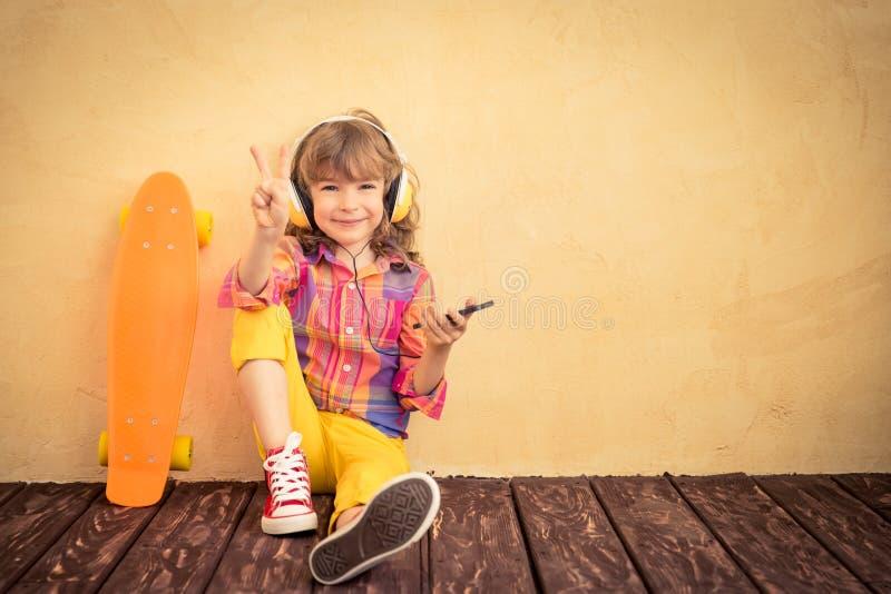 Hipsterbarn med skateboarden arkivbilder