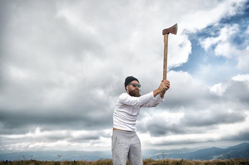 Hipsteren uppsökte skogsarbetaren i solglasögon, hattlönelyftyxa royaltyfri bild