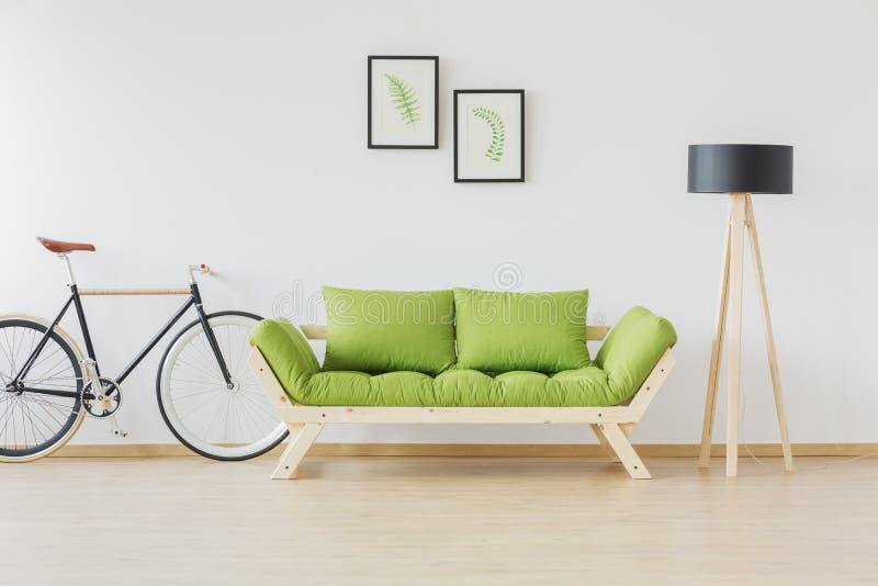 Hipsterfiets en minimalistisch meubilair stock fotografie