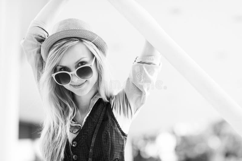 Hipsterflicka i staden royaltyfria foton
