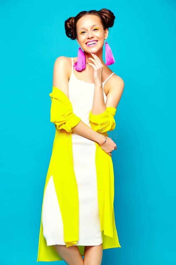 Hipsterflicka i tillfällig färgrik sommarkläder i studio royaltyfri fotografi