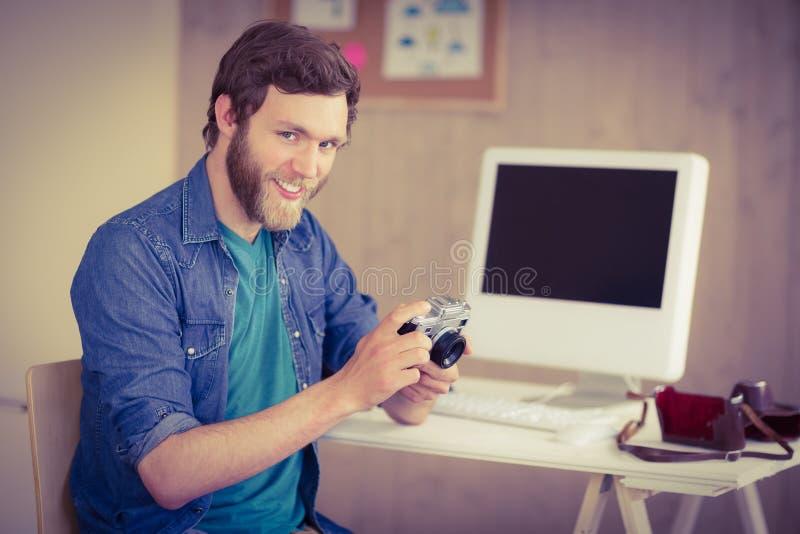 Hipsterfotograaf die zijn camera bekijken royalty-vrije stock foto's