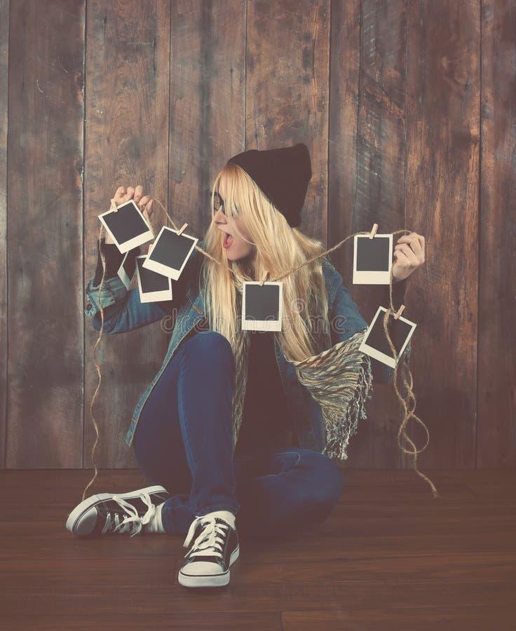 Hipsterfotografiflicka som ser filmfoto royaltyfri bild