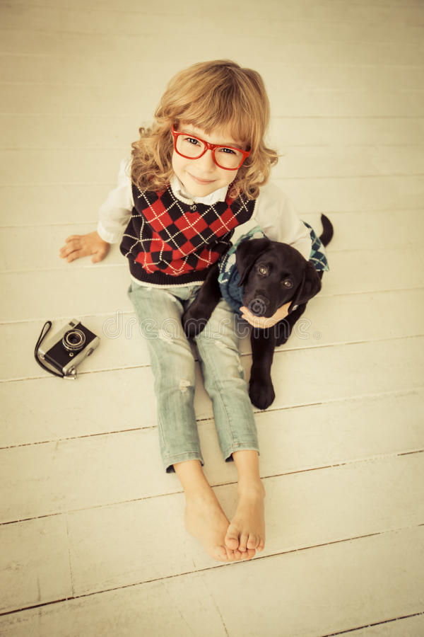 Hipsterjong geitje en hond stock afbeeldingen