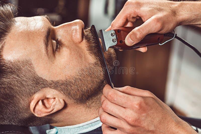 Hipsterklienten som besöker barberaren, shoppar fotografering för bildbyråer