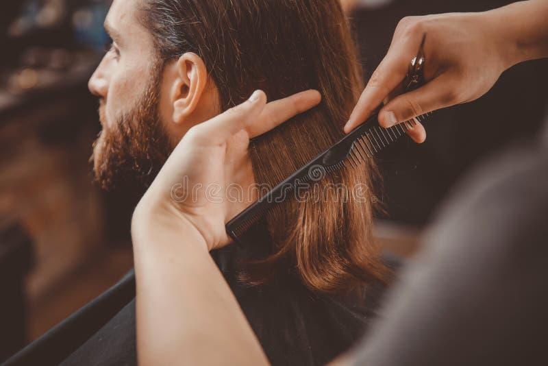 Hipsterklientmannen som besöker i barberare, shoppar royaltyfri bild