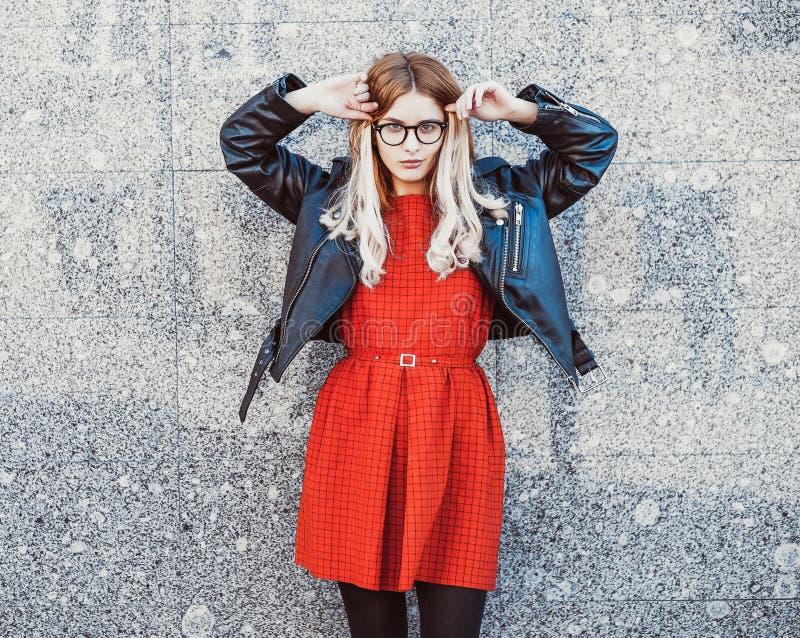 Hipsterkvinna i stilfull tillfällig sommardräkt arkivbild