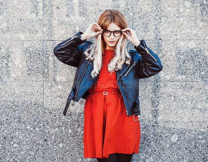 Hipsterkvinna i stilfull tillfällig sommardräkt arkivbilder