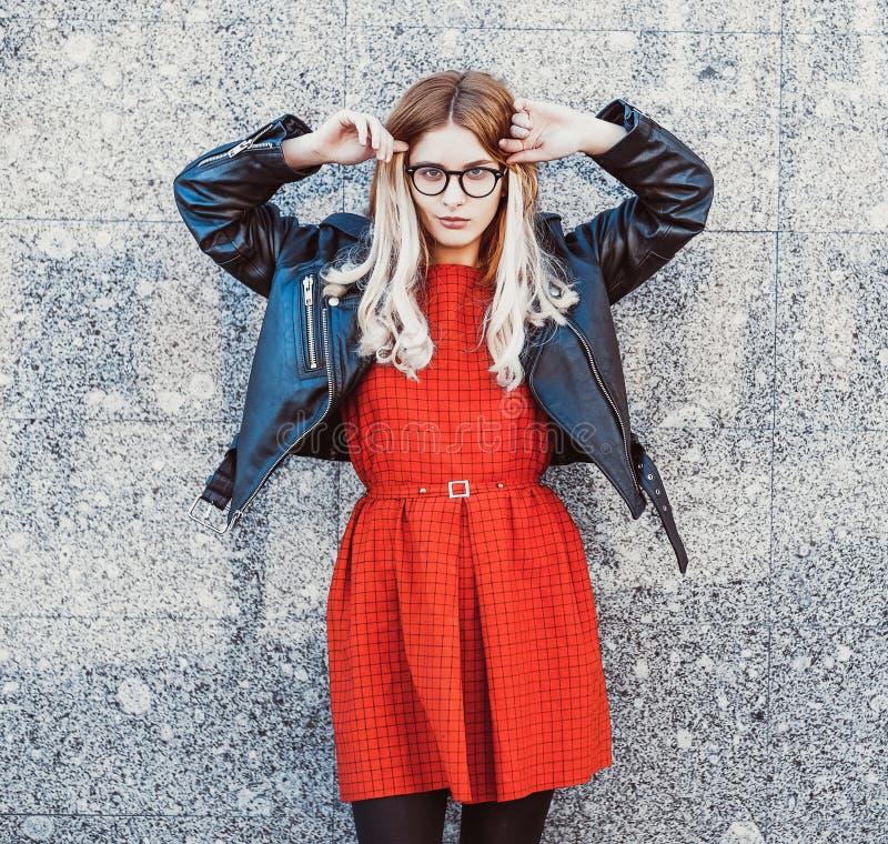 Hipsterkvinna i stilfull tillfällig sommardräkt arkivfoton