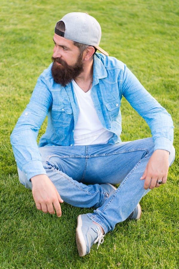 Hipsterlevensstijl Koel hipster met het modieuze honkbal GLB van de baardslijtage Brutale knappe hipstermens die op de zomerdag r royalty-vrije stock afbeeldingen