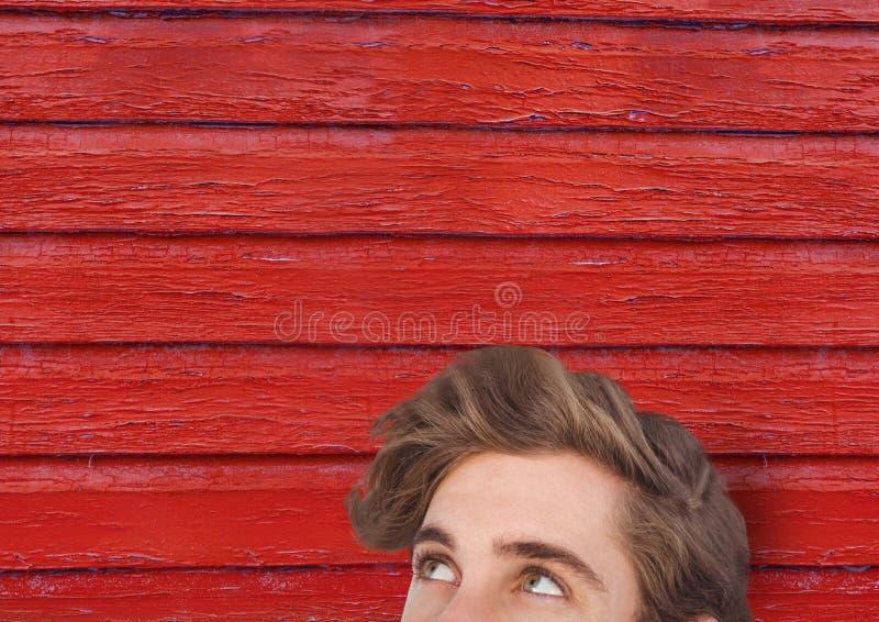 hipstermanöverraskning med röd wood bakgrund arkivbild