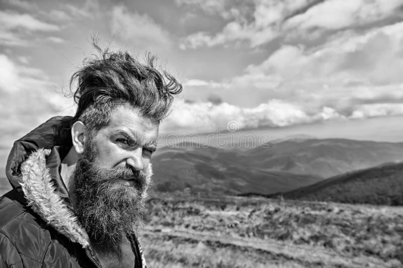 Hipsterman med långt skägghår på berglandskap royaltyfri bild