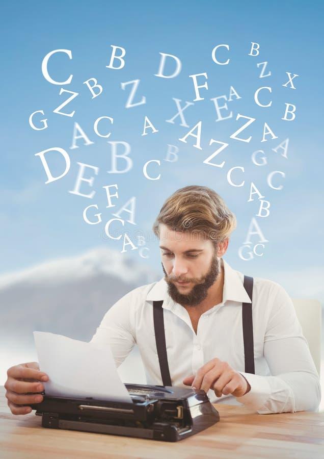 Hipsterman på skrivmaskinen med bokstäver i himmel fotografering för bildbyråer