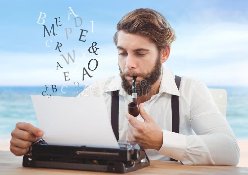 Hipsterman på skrivmaskinen med bokstäver och det blåa havet royaltyfria bilder