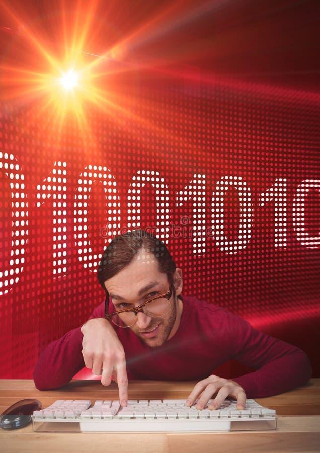Hipsterman som framme tejpar på ett tangentbord av den röda digitala skärmen arkivfoton