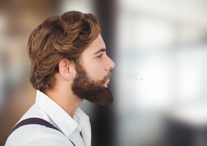 Hipsterman som långt borta håller ögonen på royaltyfri foto