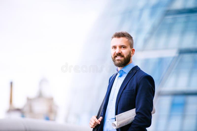 Hipstermanager in blauw overhemd, het Stadhuis van Londen royalty-vrije stock afbeeldingen