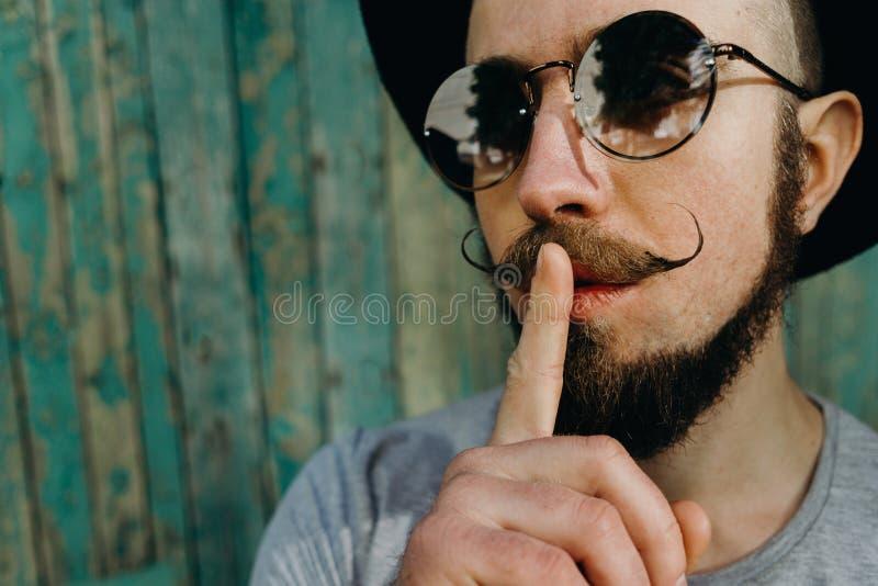 Hipstermangesten för tystnadvisning hyssjar tecknet royaltyfria foton
