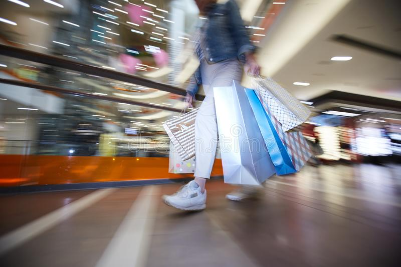 Hipstermeisje bij seizoengebonden verkoop in winkelcomplex royalty-vrije stock afbeelding