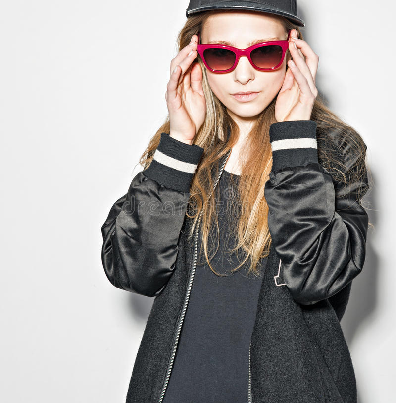 Hipstermeisje het stellen op witte achtergrond stock fotografie