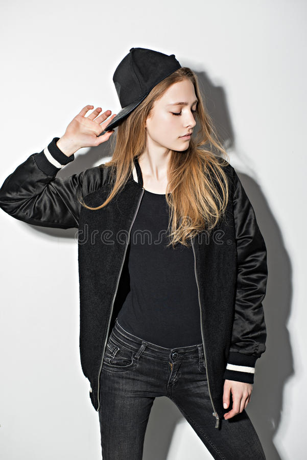 Hipstermeisje het stellen op witte achtergrond royalty-vrije stock foto's