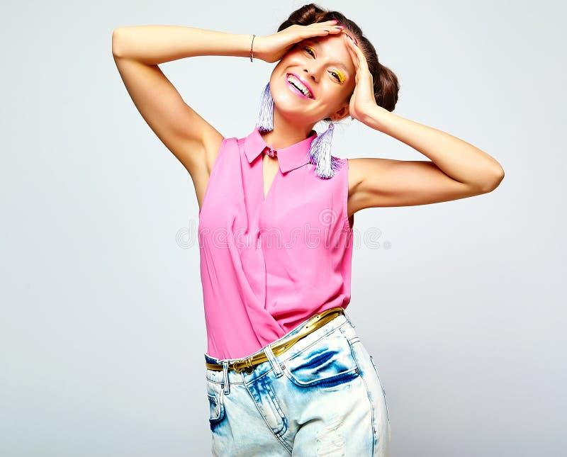 Hipstermeisje in toevallige kleurrijke de zomerkleren in studio royalty-vrije stock afbeelding