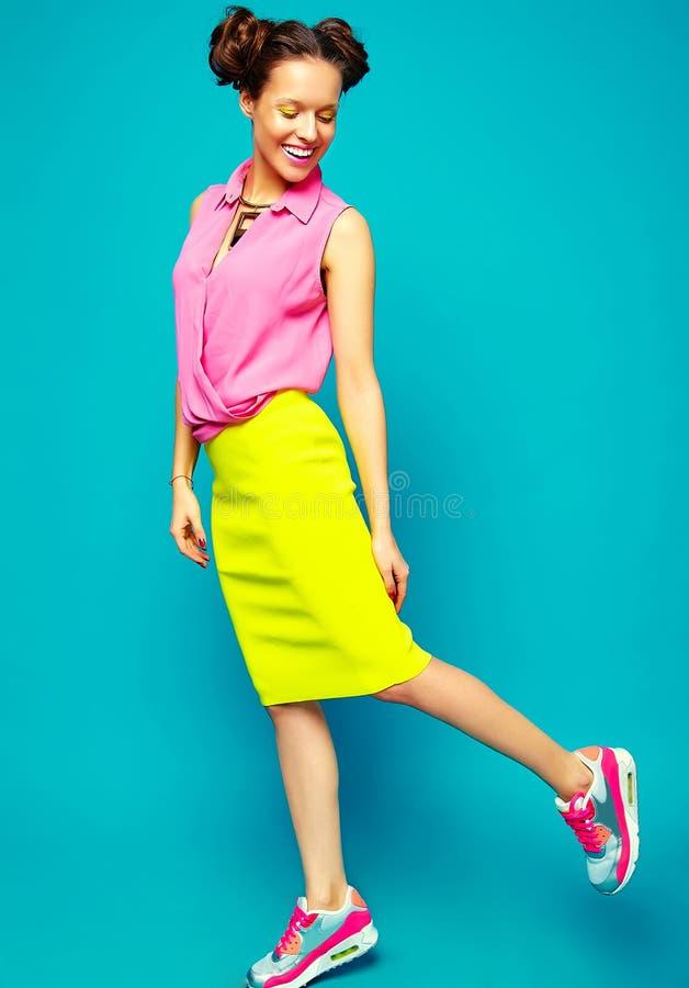 Hipstermeisje in toevallige kleurrijke de zomerkleren in studio stock foto's