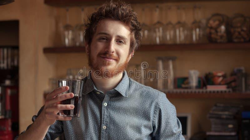 Hipstermens die een glas van cokes drinken royalty-vrije stock foto's