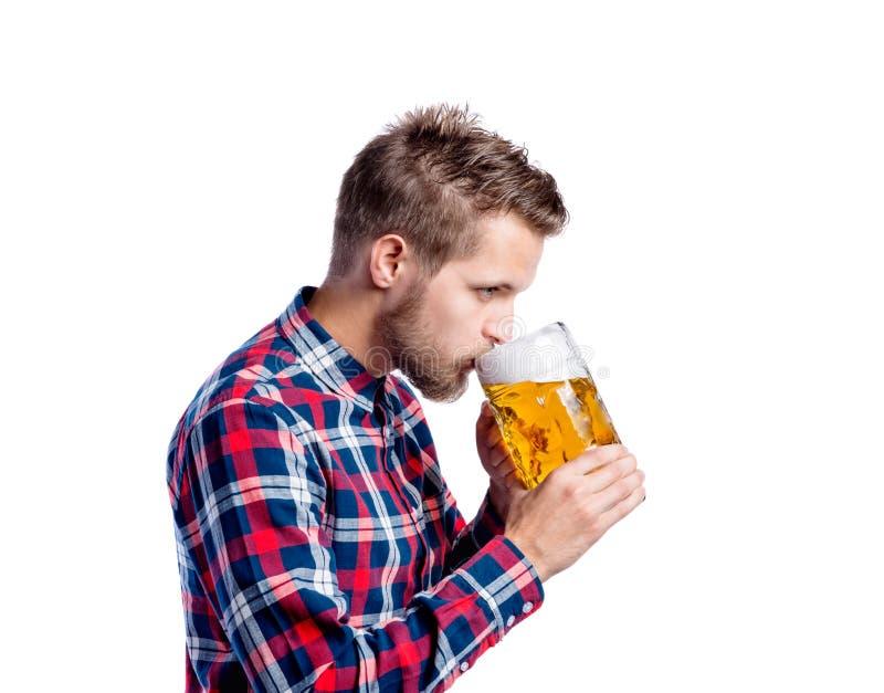Hipstermens in gecontroleerd overhemd het drinken bier, studioschot stock afbeeldingen
