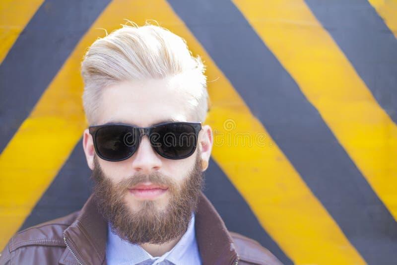 Hipstermens in zonnebril stock foto