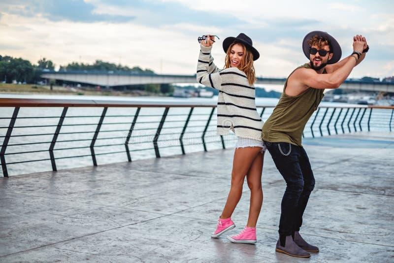 Hipsterpaar die pret hebben door de rivier royalty-vrije stock afbeeldingen