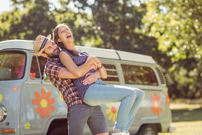 Hipsterpaar die pret hebben samen stock foto