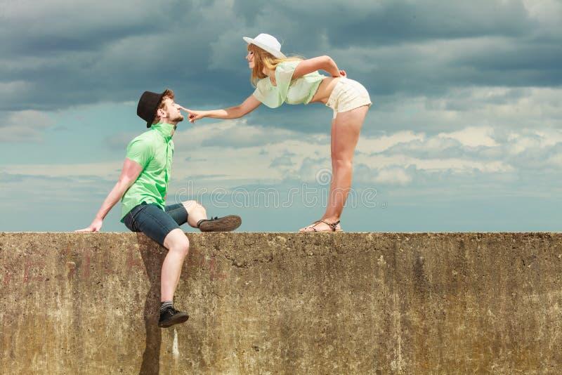 Hipsterpaar in liefde het speel openlucht flirten stock fotografie