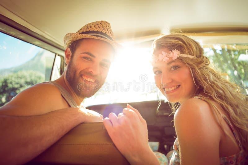 Hipsterpar på vägtur royaltyfria foton