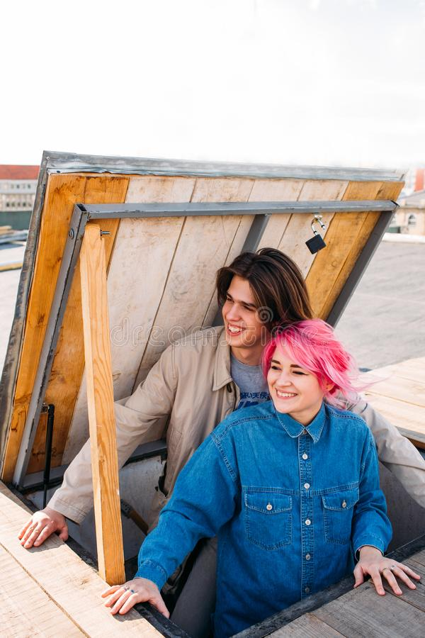 Hipsterpar som ler lyckligt tonårs- förhållande royaltyfri fotografi