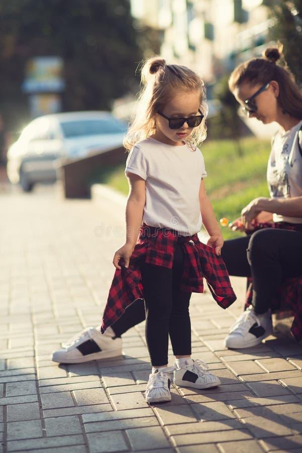 Hipsterstilmoder och dotter arkivfoto
