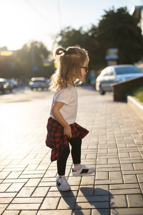 Hipsterstilmoder och dotter royaltyfri bild
