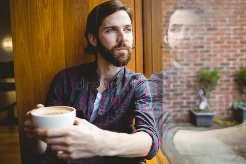 Hipsterstudent die koffie in kantine hebben royalty-vrije stock foto