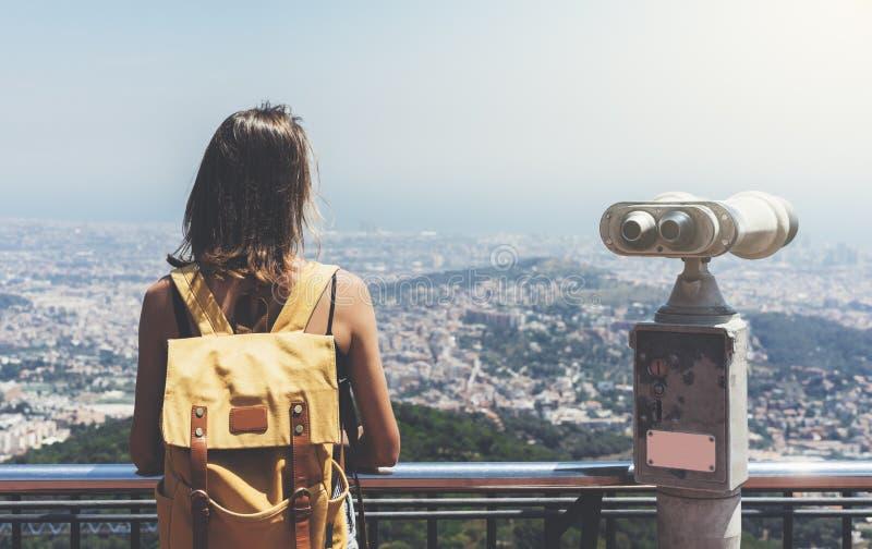 Hipsterung flicka med den ljusa ryggs?cken som ser p? observationsd?ck och planerar loppplan Sikt fr?n baksidan av turisten arkivbild