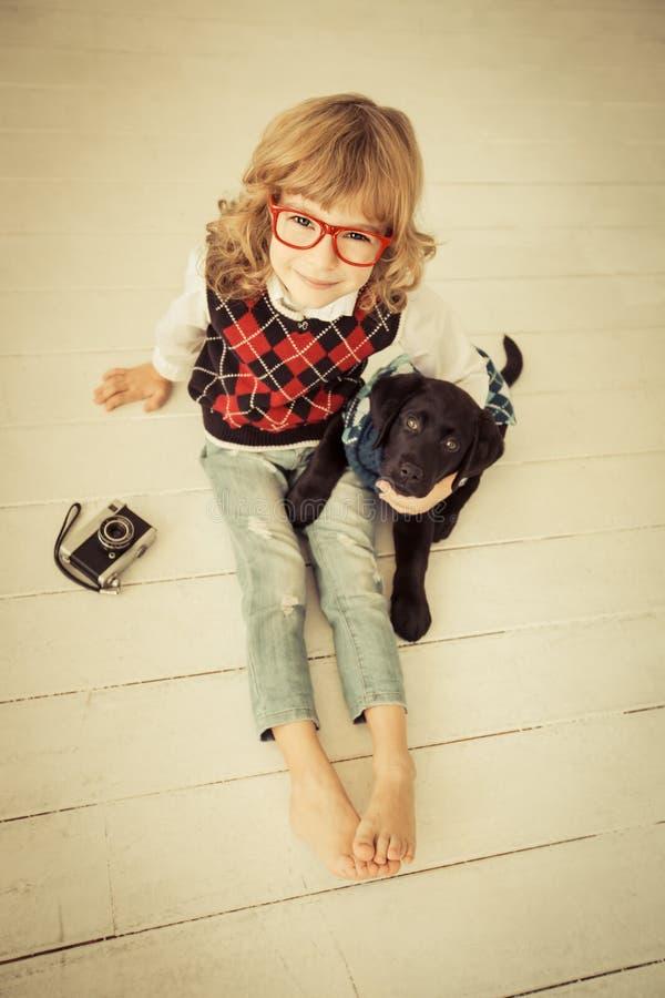 Hipsterunge och hund arkivbilder