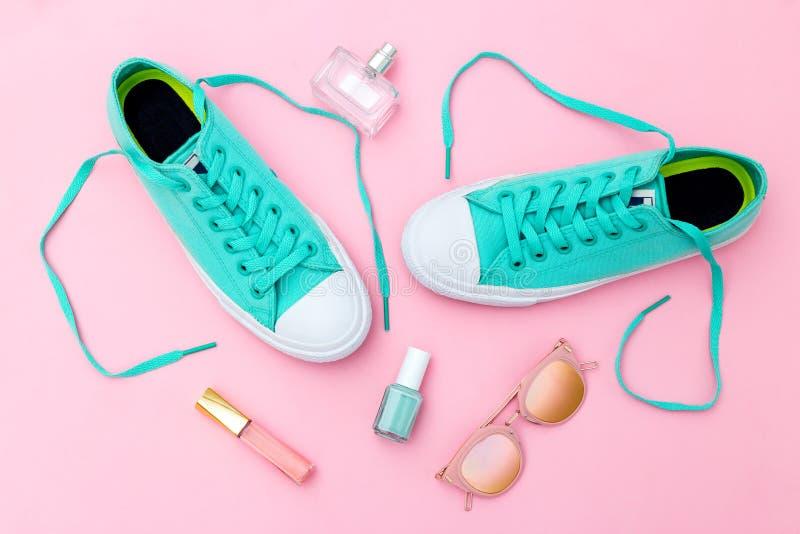 Hipsterupps?ttning Gröna gymnastikskor och kvinnlig tillbehör Punchy pastellfärgad färg Lekmanna- l?genhet fotografering för bildbyråer