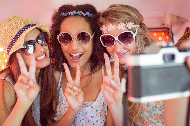 Hipstervänner på vägtur royaltyfria foton